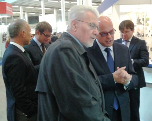 Prezident maďarské agentury NRDI Dr. József Pálinkás se zájmem sleduje expozici Elektrotechnické asociace České republiky na letošním Mezinárodním strojírenském veletrhu.