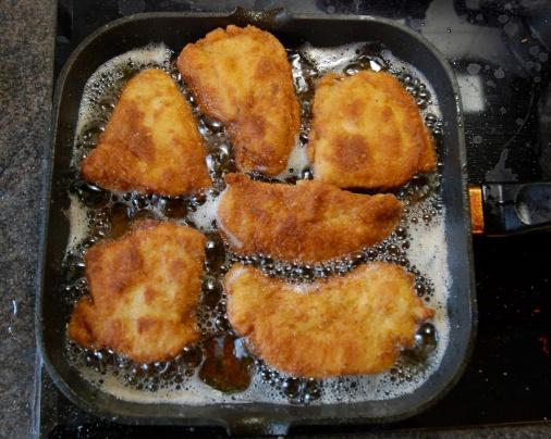 Frying_chicken_schnitzels