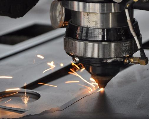 Čeští vědci naučili laser rýt do velkých ploch. Teď může vylepšit letadla i peníze