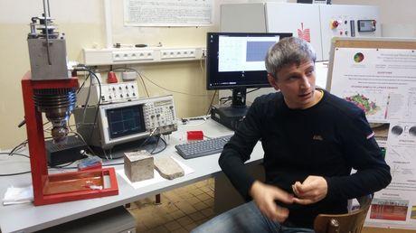 Martin Staněk si sám zpracovává vzorky z horninových bloků a s pomocí ultrazvuku detekuje mikrotrhliny