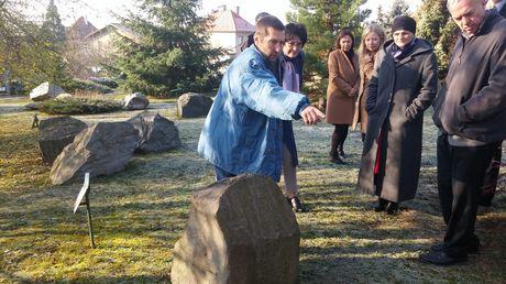 Ředitel Geofyzikálního ústavu Aleš Špičák představuje Geopark s horninovými vzorky