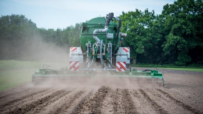 tractor-hnojení